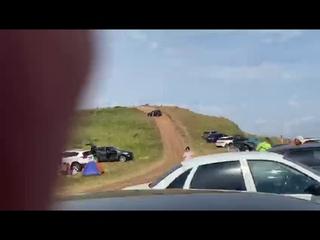 В Башкирии машина скатилась с горы и сбила людей отдыхающих на пляже.