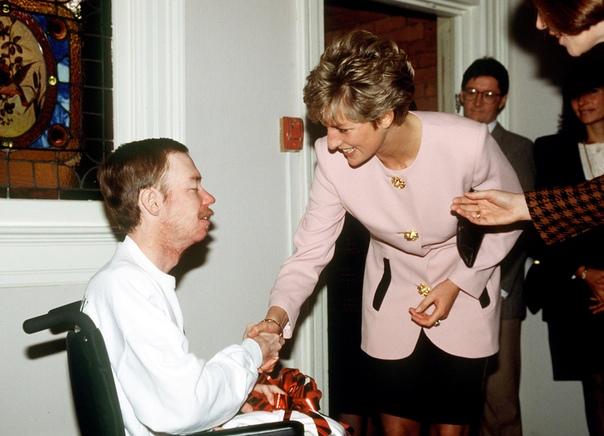 Леди Диана в 1991 году пожимает руку больным СПИДом без перчаток, чтобы показать, что таких людей не нужно бояться и изолировать от общества.