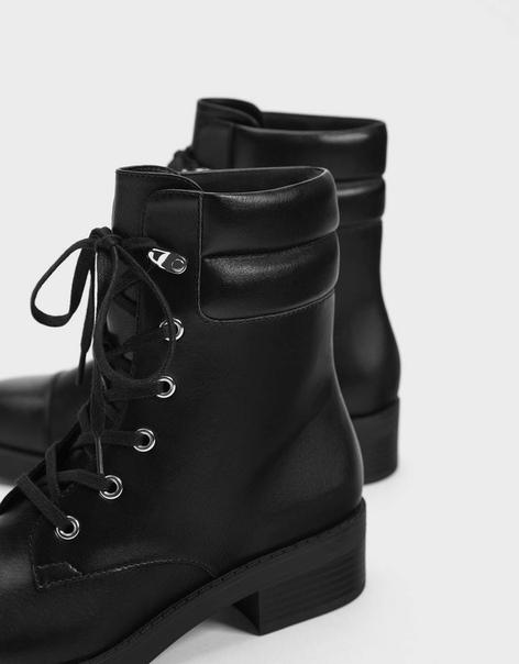 Ботинки на плоской подошве со шнуровкой