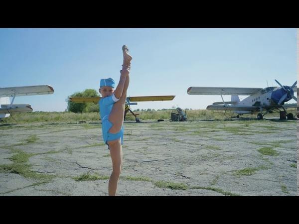 Полина Бадялова Танец стюардессы