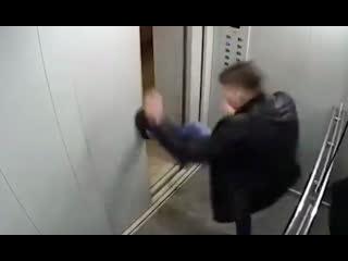 Парень из Уфы воюет с лифтом