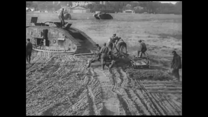 Пашут землю и боронят на английском трофейном танке. 1918 1920 годы Civil War in Russia in 1918 1920