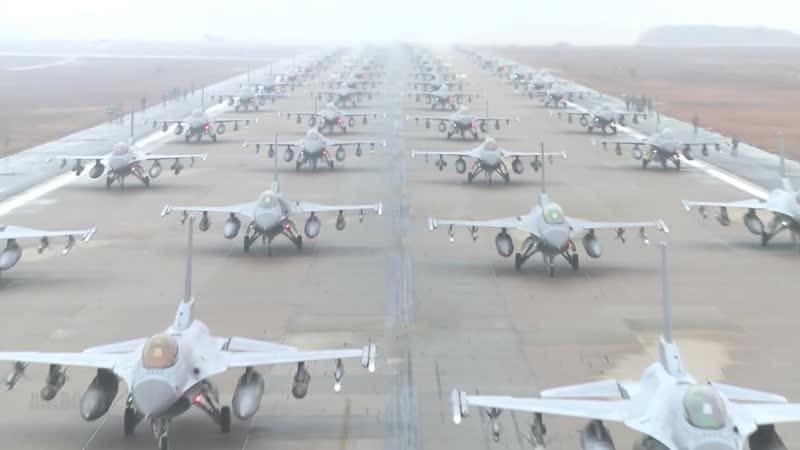Много расставленных на взлётно посадочной полосе F 16