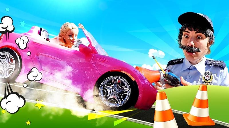 Barbie deneyimi olmadan yeni arabasıyla trafiğe çıkıyor Ümit ona ders veriyor polis oyunu
