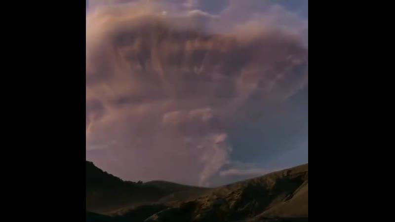 Вулкан и молния сами по себе грозные явления природы но в тоже время притягательные