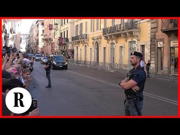 Putin a Roma via del Corso blindata per la lunga scorta E tra i curiosi c'è chi dice Putin chi