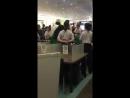 Tokyo des musulmans se mettent à prier en plein aéroport, la police japonaise obligée dintervenir pour ramener lordre.