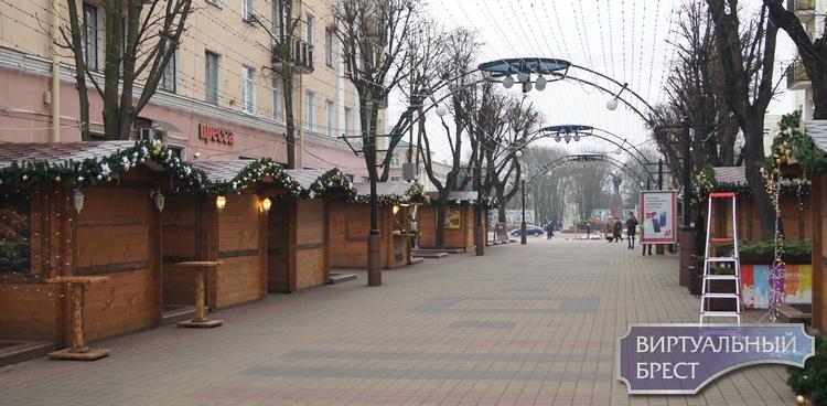 Площадь Ленина 1 декабря 2019 года: домики, карета, лошади, паровозик и конечно, голуби