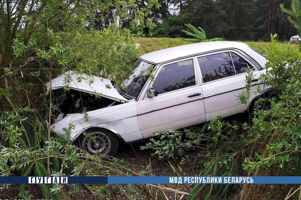 В Каменецком районе бесправник на «Мерседес» съехал в мелиоративный канал