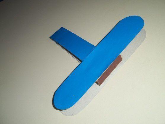 ПОДЕЛКА К 23 ФЕВРАЛЯ Для поделки понадобятся: клей, цветной картон, простой карандаш, спичечный коробок и цветная бумага.1. Размечаем и вырезаем детали для самолета.2. Складываем полоску пополам