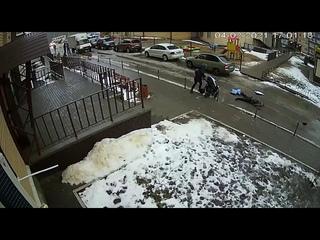 Видео момента падения мужчины на коляску с младенцем в Воронеже