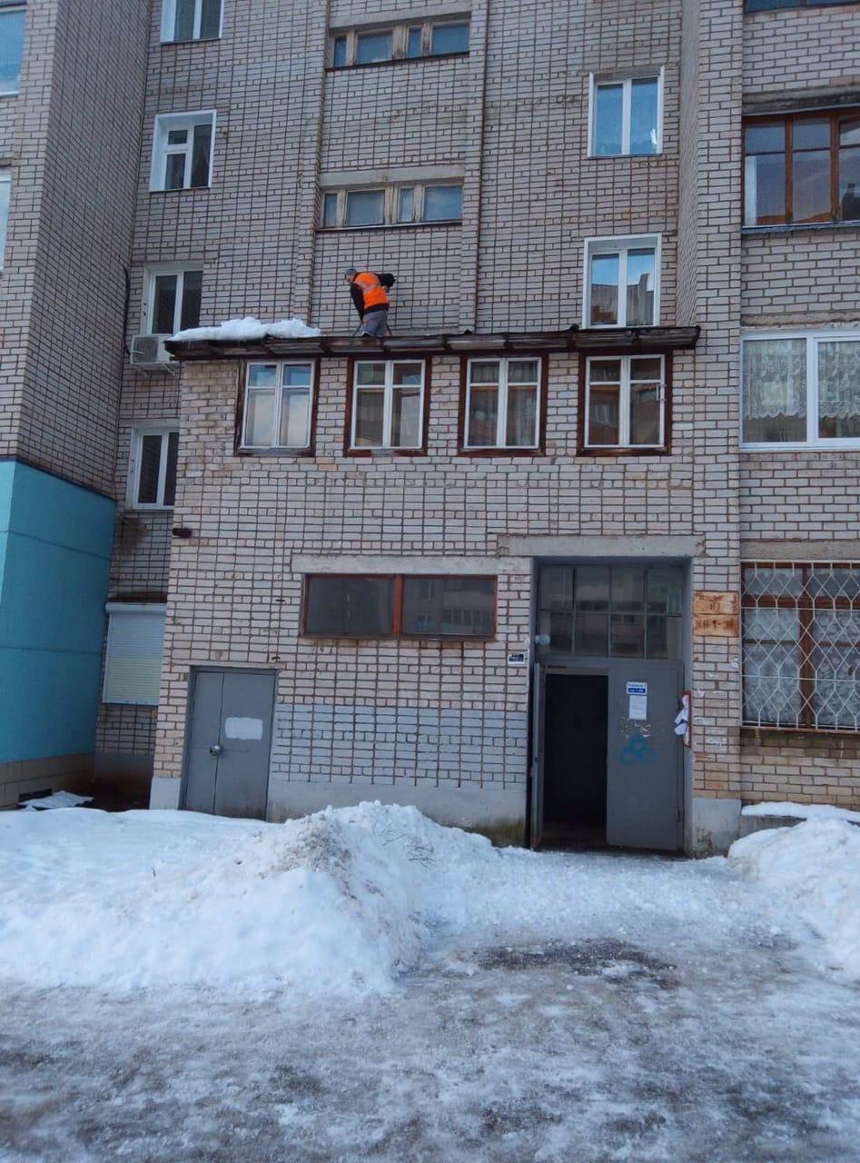 Улица Упита дом 8 чистка козырьков от