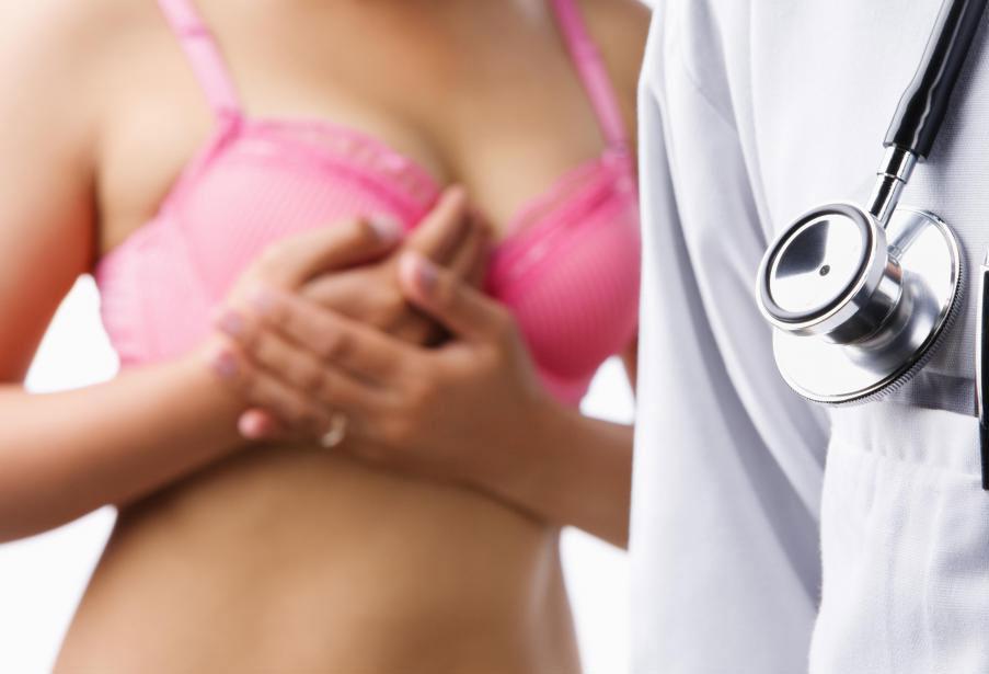 Многие случаи рака молочной железы диагностируются после того, как пациент замечает комок молочной железы.