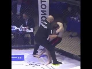 Во Владивостоке во время соревнований по ММА одного из спортсменов отправили в нокаут, но чел не упал, а продолжал стоять и держ