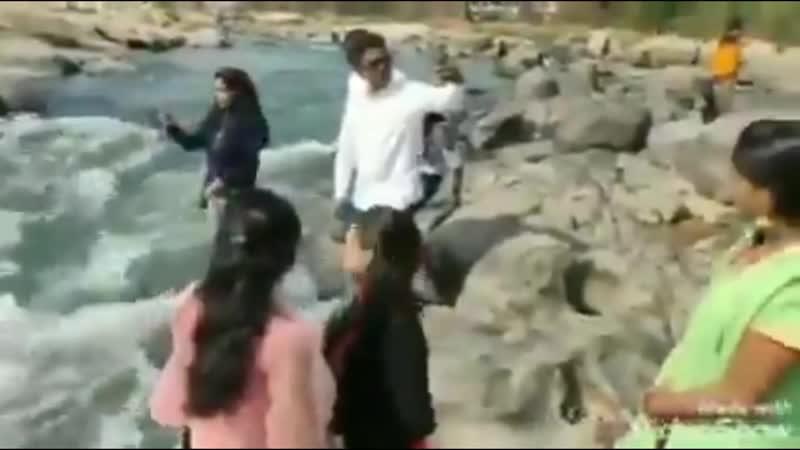 В Индии водопад забрал жизнь девушки Та хотела сделать фото на его фоне но не удержалась и свалилась в воду