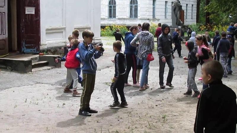 Ватага дітей грають в гру Заморозко