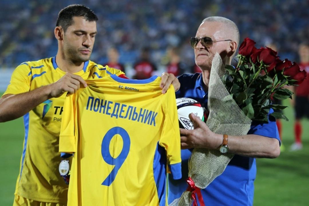 Виктор Понедельник с футболкой ФК Ростов