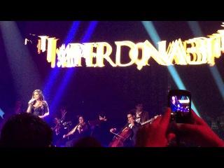 Ana Brenda cantando