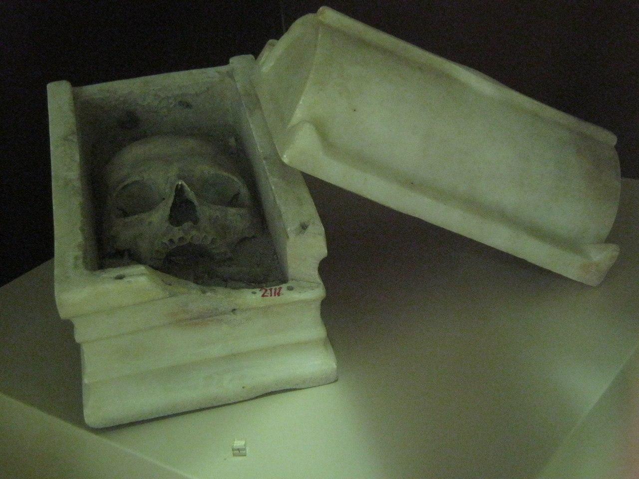 мини-гробница с черепом умершего
