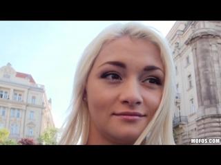 Американский пикапер снял молоденькую русскую блондинку и трахнул в парке