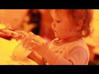 Лиза балуется и пьет молоко