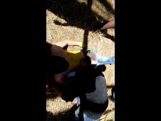 Валя ест собачий корм с парня обмазанного фери с желтой краской))))