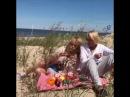 Дамы с дюн Алла Пугачева и Лайма Вайкуле собирают дары моря