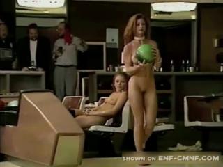 CMNF-видео  красивые девушки играют в боулинг совершенно голыми на глазах у одетых мужиков