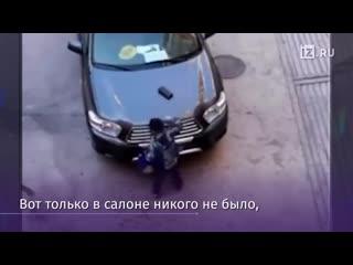Мальчик нашел бумажник, который обронила женщина, выходя из машины.