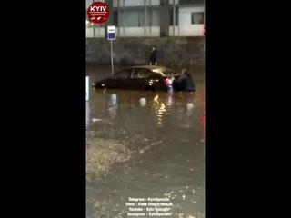 Потоп в Киеве 18 августа 2018 возле ТРЦ Гулливер на Бульваре Леси Украинки (видео 3)
