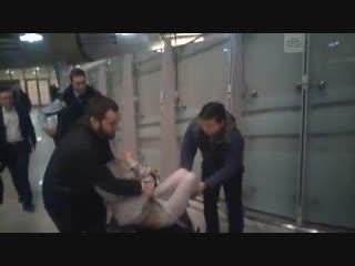 Полиция на руках вынесла Настю Рыбку из Шереметьево. Во время задержания участница скандальных секс-тренингов оказала сопротивле
