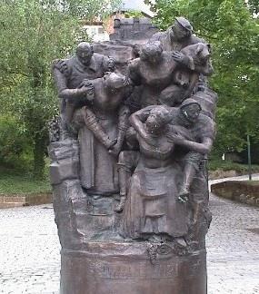 Женская верность В 1140 году король Германии Конрад III во время осады крепости под Вейнсбергом предложил оборонявшимся выпустить всех женщин, которым гарантировал жизнь. При этом он разрешил им