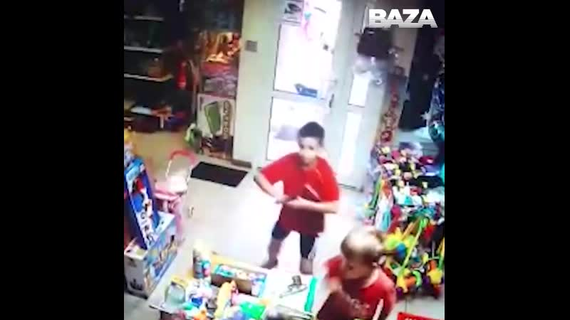 На Урале двое второклассников с пистолетом напали на магазин игрушек