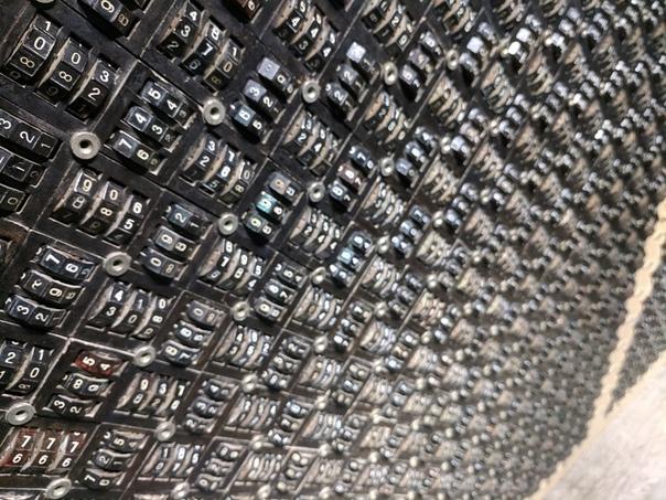 Советский математический монстр Бесконечное поле зубчатых колес, покрытых цифрами. Это панель ввода электромеханического интегратора Брука.Еще до появления первых электронных компьютеров уже