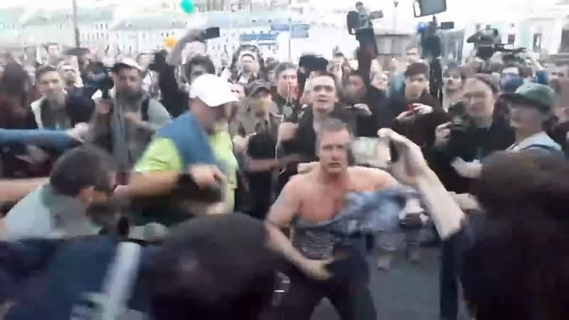 Дымовуха и драка с провокаторами SERB на Трубной площади Москва 15 07 2019