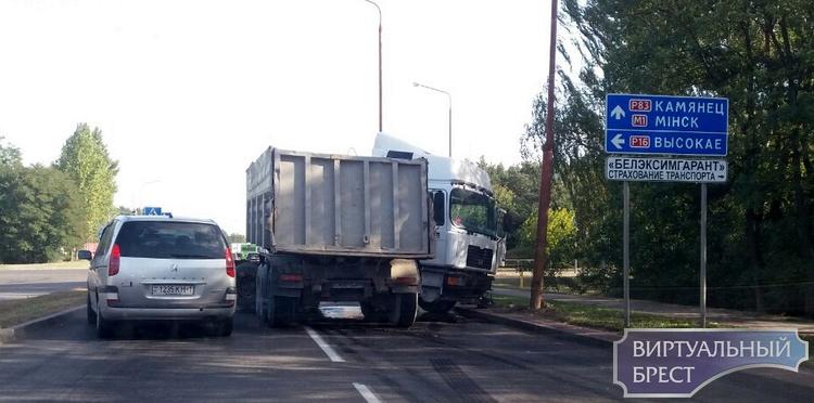"""На ул. Л.Рябцева """"сложился"""" автомобиль МАН и повредил светофор"""