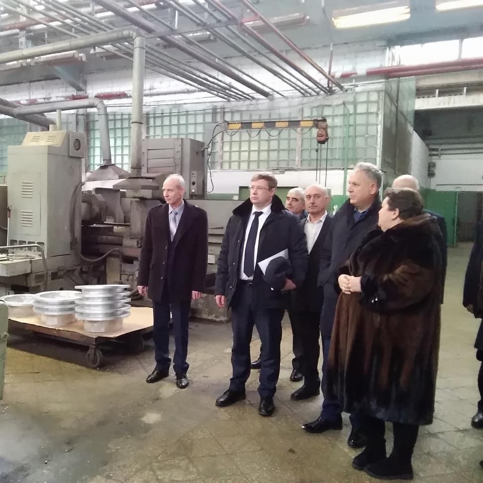 Заместитель председателя регионального правительства Василий Разделкин осмотрел производственные площадки заводов «Молот» и автозапчастей