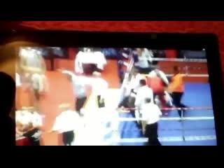 Боксёр избивает рефери, а его соперник убегает.. Молодежный чемпионат Европы