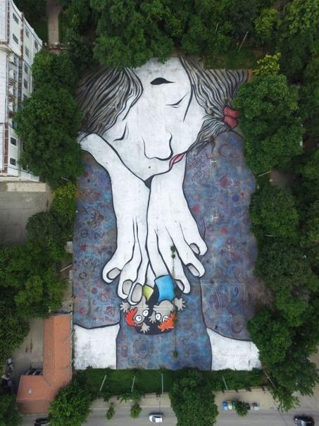 Французский арт-дуэт Ella & Pitr изображает спящих гигантов на крышах домов и улицах Французский дуэт художников, известный как Ella & Pitr, создаёт гигантские рисунки спящих персонажей на