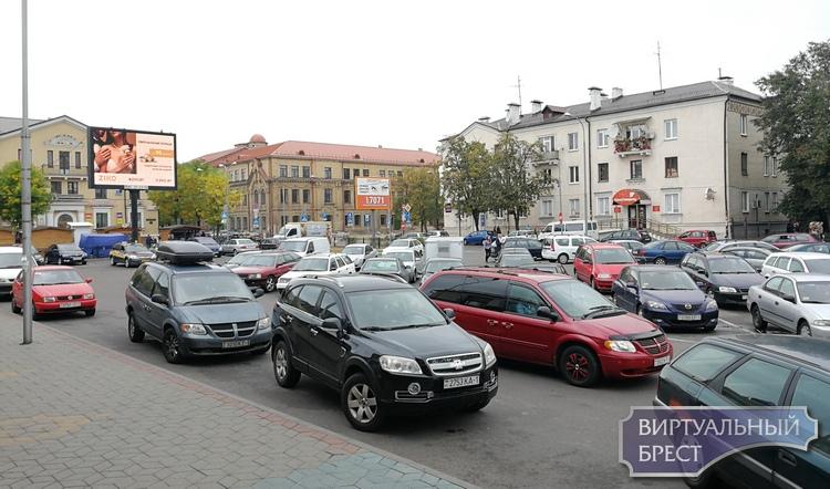 Бывший автовокзал на Мицкевича пока используется водителями как большая парковка