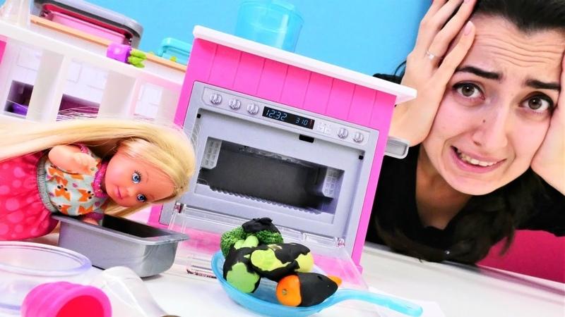 Barbie oyunları Sevcan ile Steffie tek başına yemek yapmaya çalışıyor