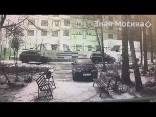 В Москве На улице Гарибальди прямо у входа в подъезд, разбойное наподение на человека, резал ножом.
