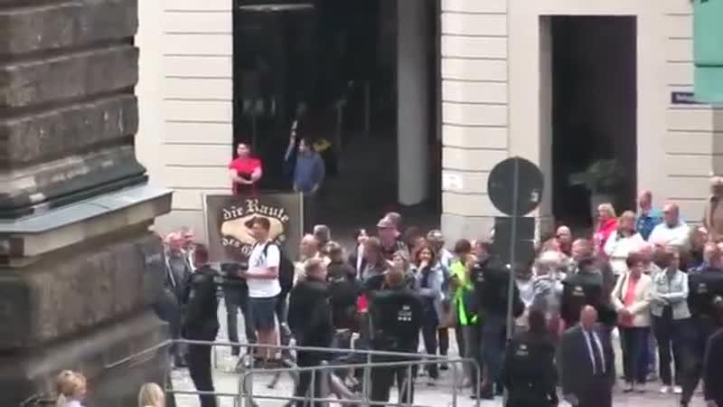 In Dresden wird Merkel gebührend mit Merkel muss weg! Hau ab und Buh rufen empfangen.Herrlich!