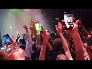 Тупые малолетние дебилы все-таки притащили свой обоссанный форс на концерт Тессы Вайолет