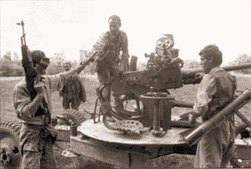 Отряды оппозиции под командованием Беслана Гантамирова готовятся к бою. Район пос. Урус-Мартан. Фото А.Бабушкина