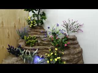 Напольный угловой водопад под лестницу с туманом и искусственными цветами