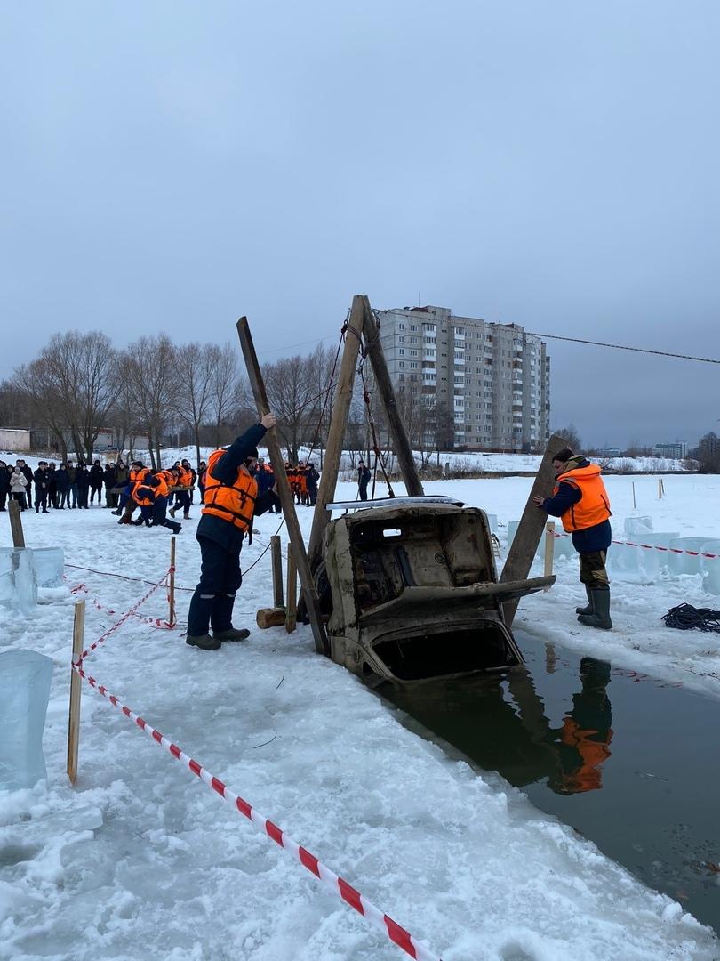Спасатели извлекли машину из-подо льда реки в Йошкар-Оле