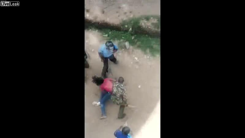 Policías de Kenya golpean a una estudiante