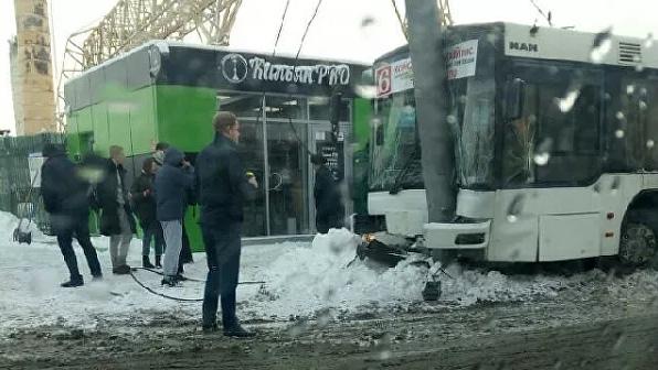 Двадцать человек доставили в больницы после ДТП с автобусом в Саратове