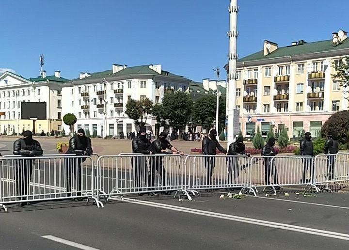 "В Бресте люди требуют мэра: ""Выходи, Рогачук!"". Площадь Ленина перекрыта силовиками"